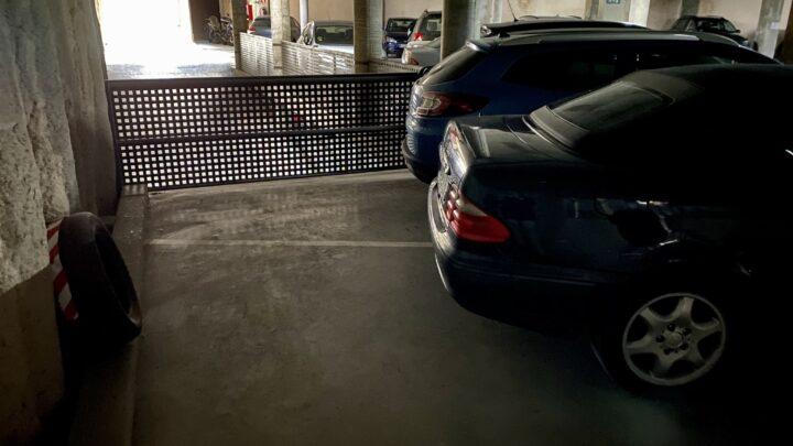 Plaza de garaje con vehículo